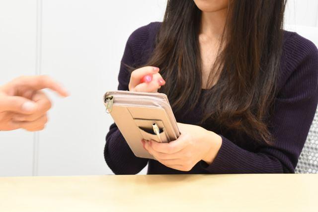 小ペンケースの裏側は、メモを取る際の下敷きとしても便利なはず! と菅さんが使い方を新提案