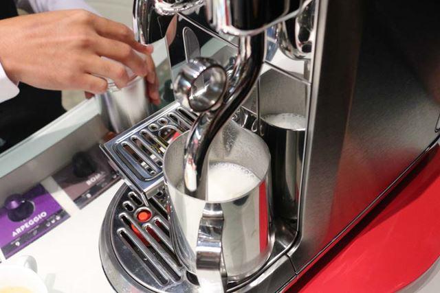 ミルクジャグをミルクスチーマーにセットし、温めながら泡立てます