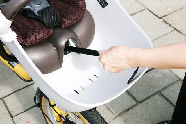 そして、子どもを乗せてベルトを締める時にはシート下から延びるベルトを引っ張ればOK!(下の動画参照)