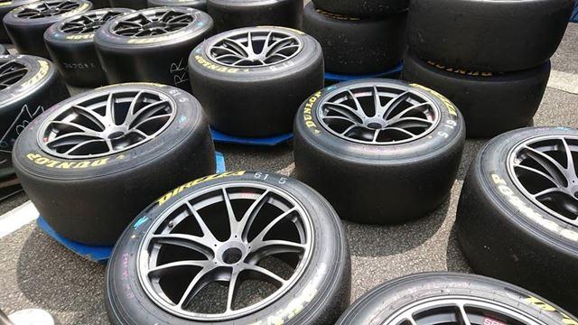 SUBARU BRZ GT300用のタイヤ&ホイール。強くてしなやかなホイールがタイヤの性能を最大限に引き出します