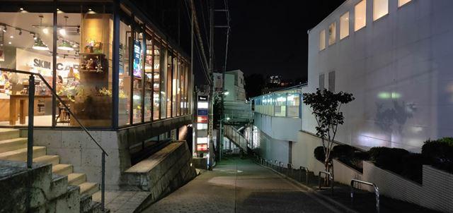 手持ちでもブレることなく明るい写真を撮影可能。遠くにあるビルの明かりもしっかりととらえています
