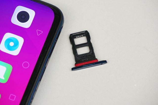 nanoSIMカードが裏表に1枚ずつ、合計2枚格納できるSIMカードスロット。microSDカードには対応していません