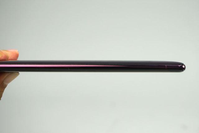 厚みはギリギリ1cm以下に抑えられた。前モデルで指摘されることの多かった携帯性は、改善されている