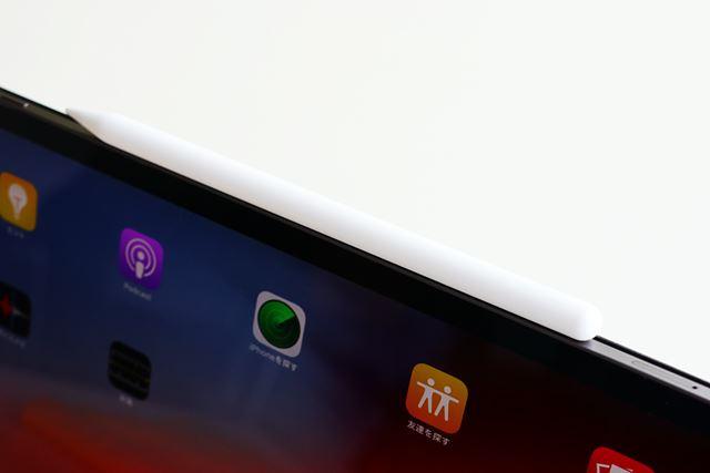 iPad Proの上部にマグネットが入っており、Apple Pencilを固定できる。これで充電もできる