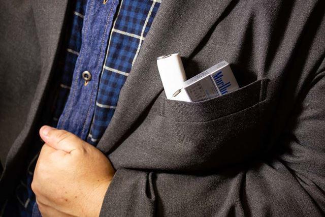 本体とヒートスティックを、胸ポケットに横並びで一緒に入れられる!