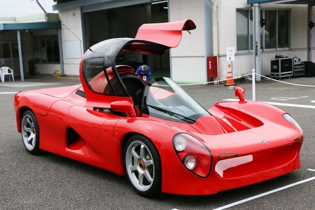 中央のコックピットにドライバーが座り、レーシングマシンのような走行性能を実現