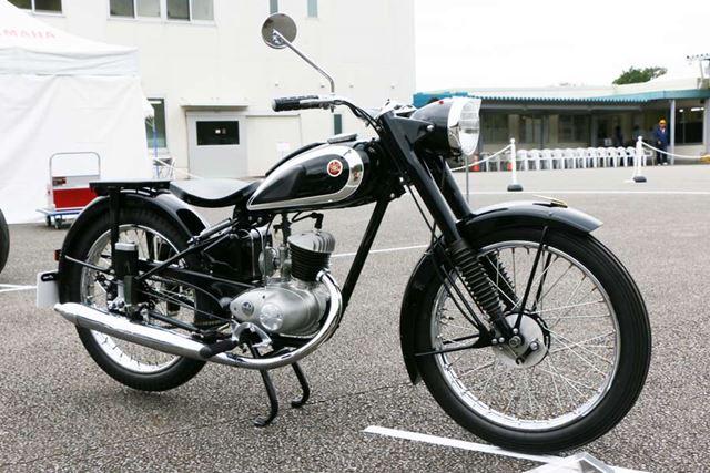 最初に紹介したヤマハ初の2輪車「YA-1」の排気量を4ccアップした上位モデル。「黒トンボ」と呼ばれていた