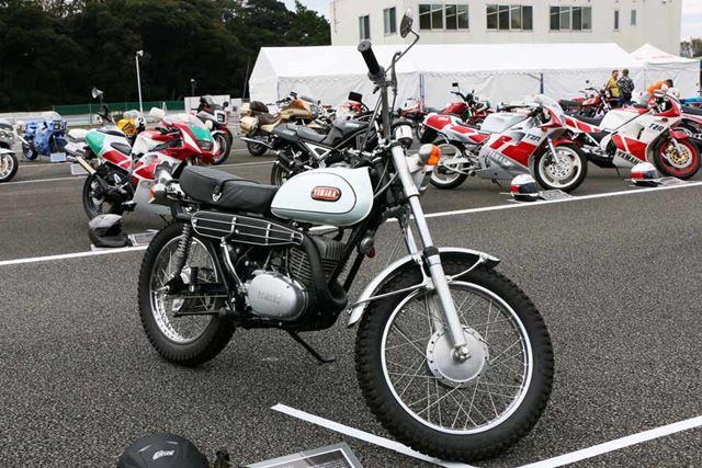 ヤマハ初のトレールバイク(山道を走るバイク)として、このジャンルを開拓したのが「DT-1」だ