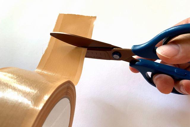 「グルーレス構造」タイプなので、何度も粘着テープを切って試してみても、確かにベタベタしません