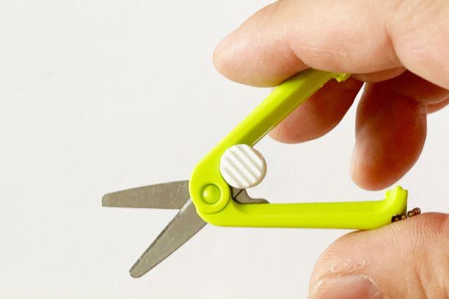 使うときはこの部分を指でスライドさせると、刃渡り19mmのハサミが登場します