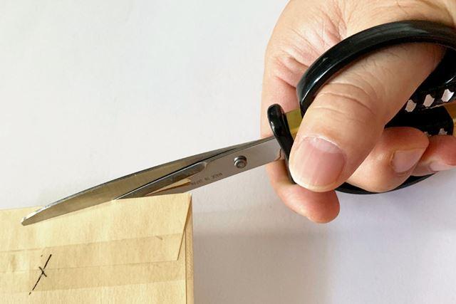 """曲線を描いた刃は対象物をしっかりと引き込み、""""引き切り効果""""を発揮。スムーズな切れ味を実現します"""