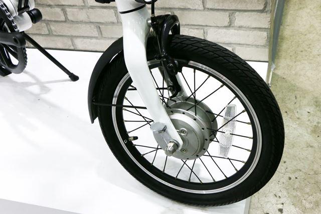 前輪に搭載されたモーター。電動アシスト自転車には見えない