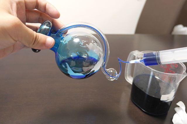 グラスを裏返しながら水を注入します