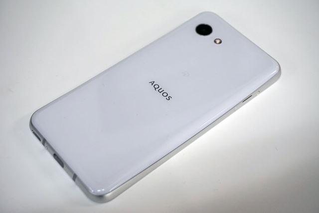 ガラスを使った背面はハイエンドモデル「AQUOS R2」と共通するデザインモチーフだ