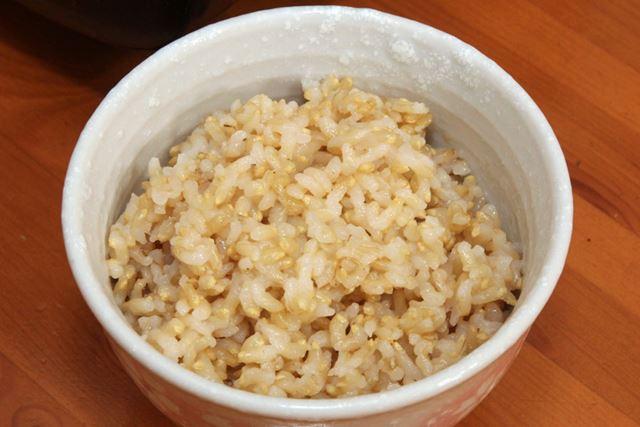 ふっくら、つやつやしてみずみずしい玄米ごはんが炊けました。「金のいぶき」の性格なのか、とっても甘い!