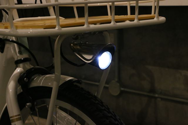フロントライトの点灯はファンクションメーターで行う。バッテリーから給電される方式となっている