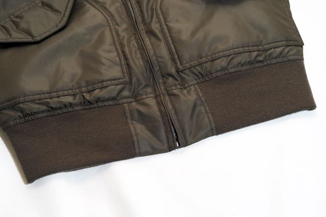 裾はゴムで適度に締まるようになっているので、走行風で巻き上がりにくい