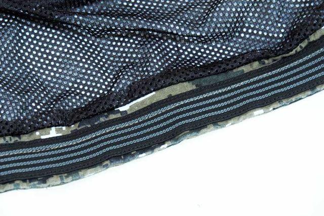 アウターのずり上がりを防ぐため、背中の裾部分に滑り止めが装備されている
