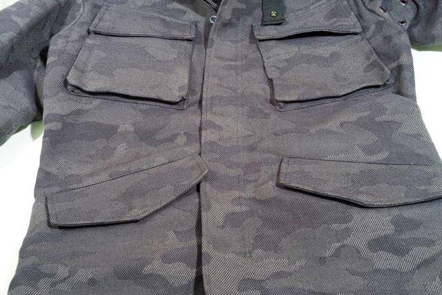 前側のポケットはすべてボタンで留められる仕様