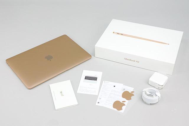 化粧箱に印刷されるMacBook Airの写真はカラーごとに異なる。シールもゴールドだった