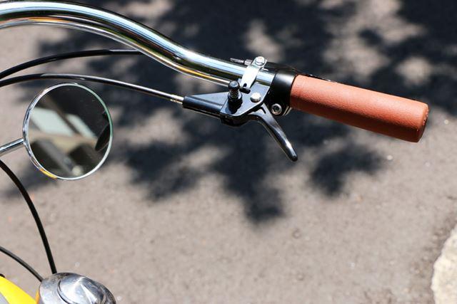 一般的なバイクと違い、右手側に設けられたレバーでアクセルを操作する。クラッチはない