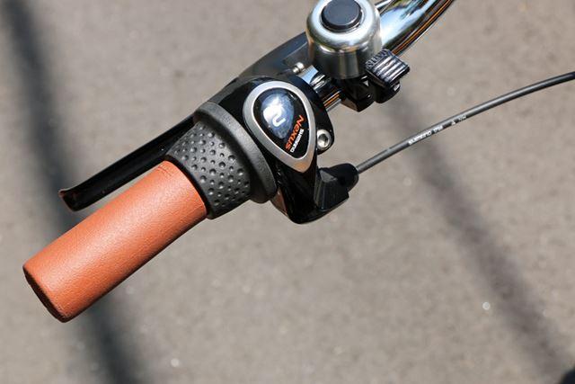 変速ギアも自転車用。停止中にも変速できる内装の3段変速で、グリップを回してギアチェンジする