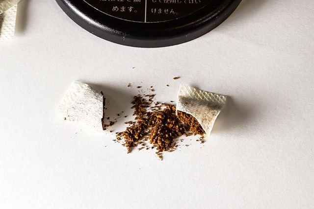 ハサミで袋を切り開いてみると、細かく粉砕されたタバコ葉が入っている