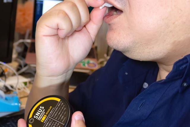 口の中、上唇と歯茎の間に挟むように入れる