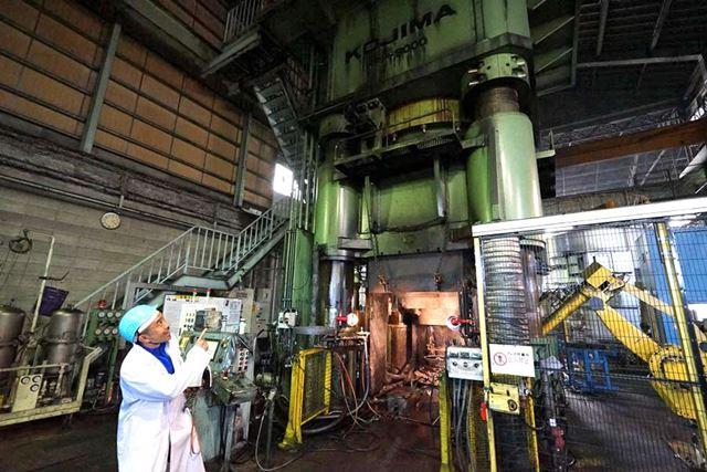 圧巻の油圧プレス機。BBSでは5000〜9000トンまで6台のプレス機を稼働させています