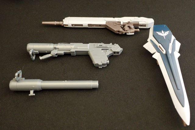 写真中央のバズーカは砲身の先を長いものと短いものに差し替えられます