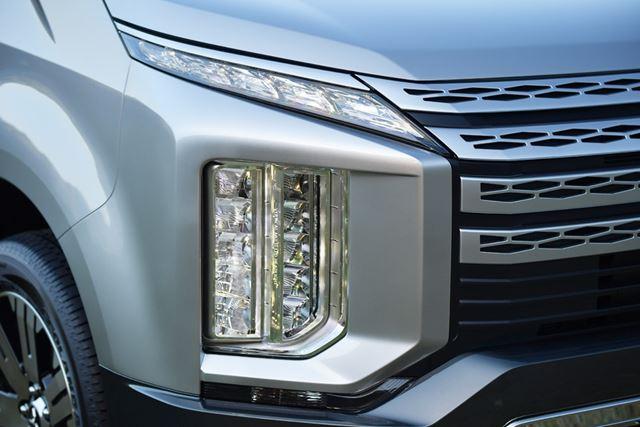 三菱 新型「デリカD:5」の縦型ライト。普通なら、フォグランプの類ではないかと考えるが・・・。