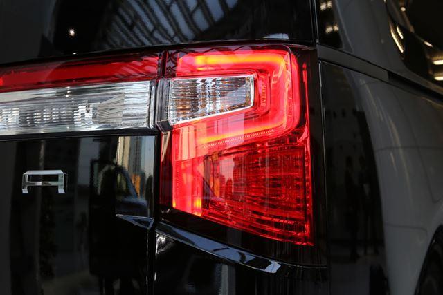 ヘッドライトだけでなく、テールライトも特徴的なデザインが採用されている。