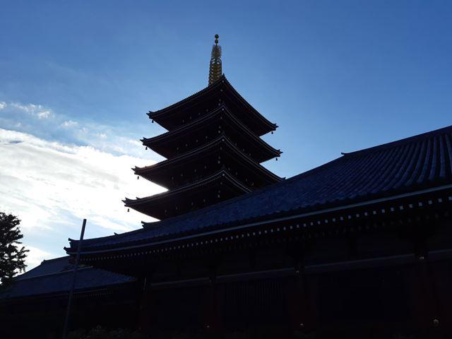 逆光で撮影した五重塔。HDR撮影機能が動作しているが、日陰部分は細部がつぶれ気味だ