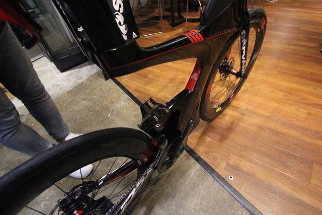 トライアスロンバイクには、一般的な自転車では見られない特殊なフレーム形状を採用しているモデルがある