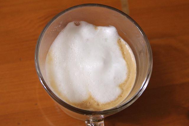 作ったフロスミルクをエスプレッソに注いでみました。表面にふわふわの泡!
