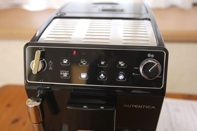 右のダイヤルでコーヒーの濃さを調節します。フロントパネルはタッチ式で、飲みたいメニューに触れるだけ