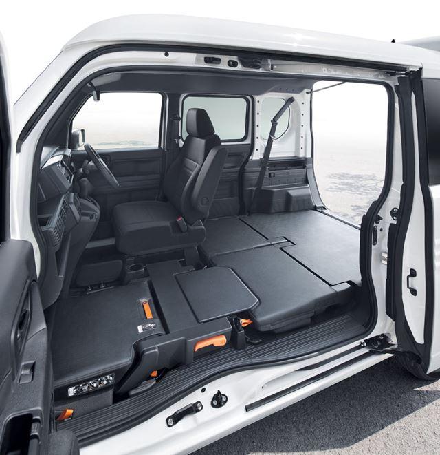 ホンダ「N-VAN」では、助手席や後席を折りたたんで、フラットな荷室として使うことができる