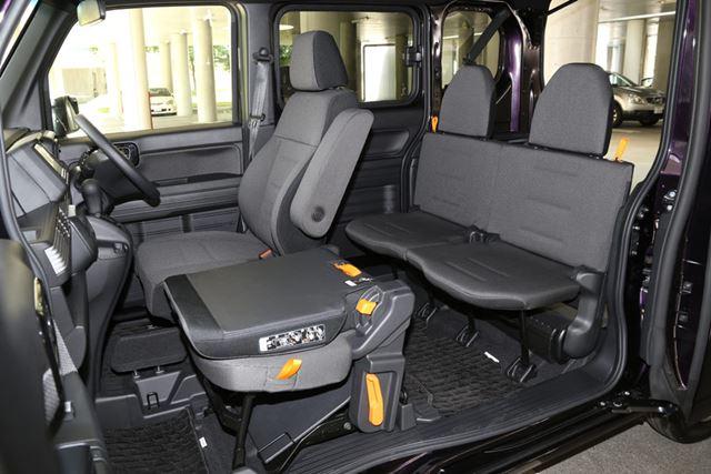 ホンダ「N-VAN」の後席はN-BOXに比べて狭く、座り心地もいまひとつだ