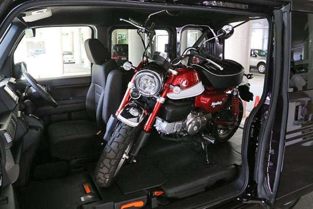 ホンダ「N-VAN」の広い荷室を活用すれば、バイクなども積めてしまう