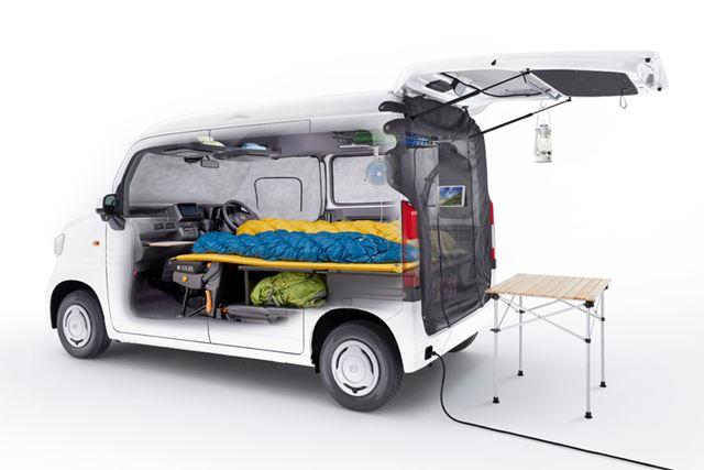 ホンダ「N-VAN」では、車中泊などの利用シーンを想定したアイテムが数多く揃っている