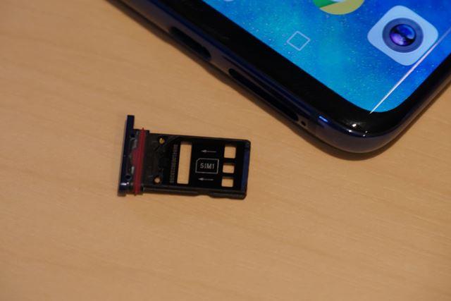 SIMカードスロットはnanoSIMカードを裏と表に2枚セット可能。Nano Memoryカード使用時は排他利用になる