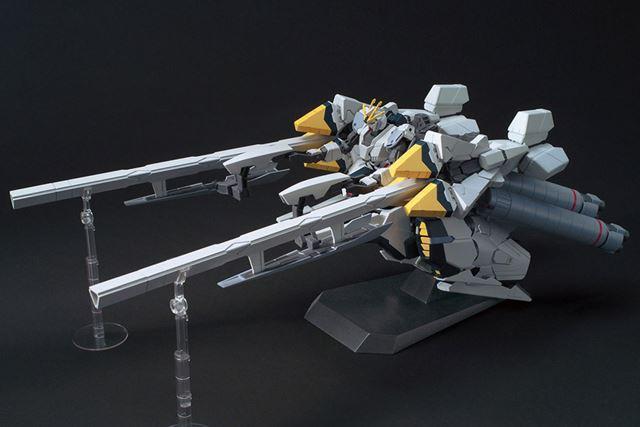 「ナラティブガンダム」に高機動用装備「A装備」を装着した姿