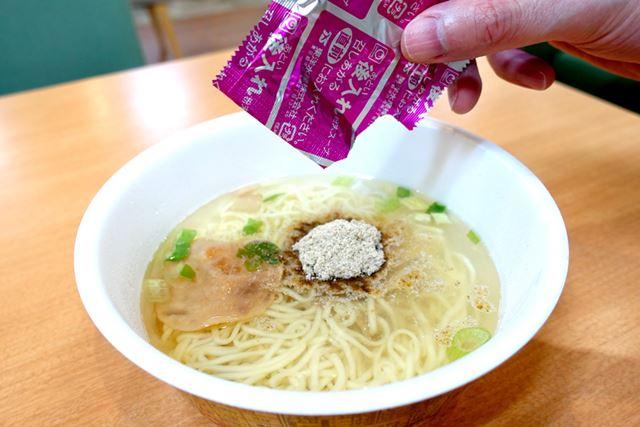 熱湯を注いで5分。まずは、後入れの粉末スープを投入!