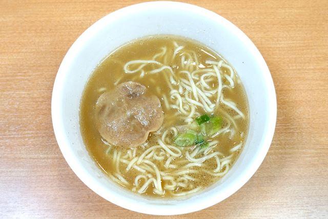 スープをかき混ぜて、カップ麺が完成! 見た目は、お店とかなり近いのでは?