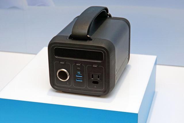 USB/AC/DC出力に対応した「PowerHouse 200」は、キャリングハンドルつきの筐体を採用。重さは約2.7kgだ