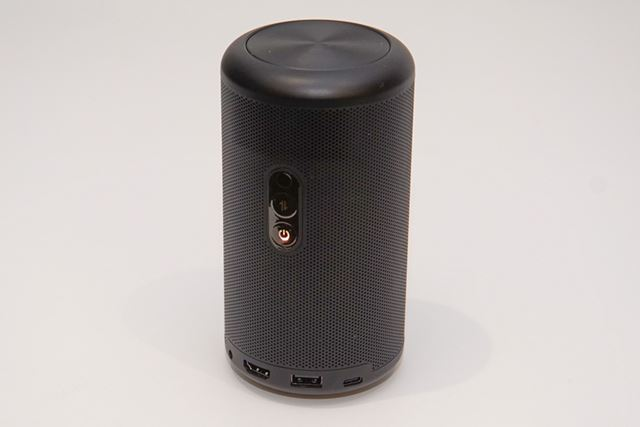 Anker「Nebula Capsule II」は、円筒形のスリムな筐体を採用したモバイルプロジェクターだ
