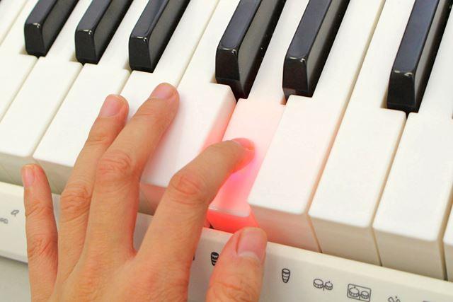 光った鍵盤を押さえれば正しい音を鳴らせる! キーボード自体が演奏をナビゲートしてくれます