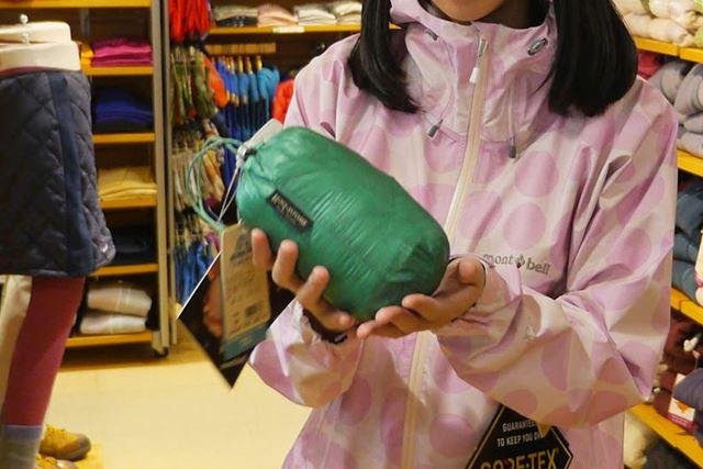 付属の袋に収納すると、手のひらサイズに。確かにコンパクト!