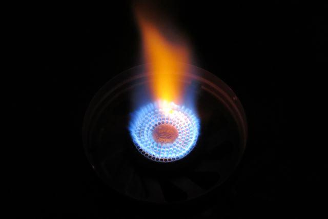 クッカーを外した状態で見た、炎の様子。直径約4.3cm のバーナーヘッドから炎がまっすぐに立ち上がっている