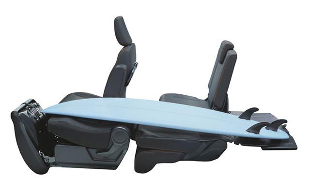 スズキ「スペーシアギア」のフルフラットモードを生かせば、サーフボードなども積み込むことができる